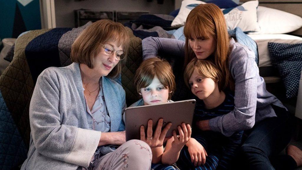 Imagem da segunda temporada de Big Little Lies (HBO). Mary Louise (Meryl Streep), Josh (Cameron Crovetti), Max (Nicholas Crovetti) e Celeste (Nicole Kidman) sentam-se ao pé de uma cama, e olham para um tablet.