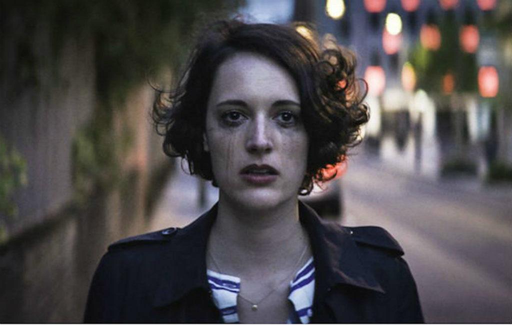 Cena da primeira temporada de Fleabag. A protagonista (Phoebe Waller-Bridge) está em primeiro plano, com uma expressão vazia e com a maquiagem borrada, como se estivesse chorando.